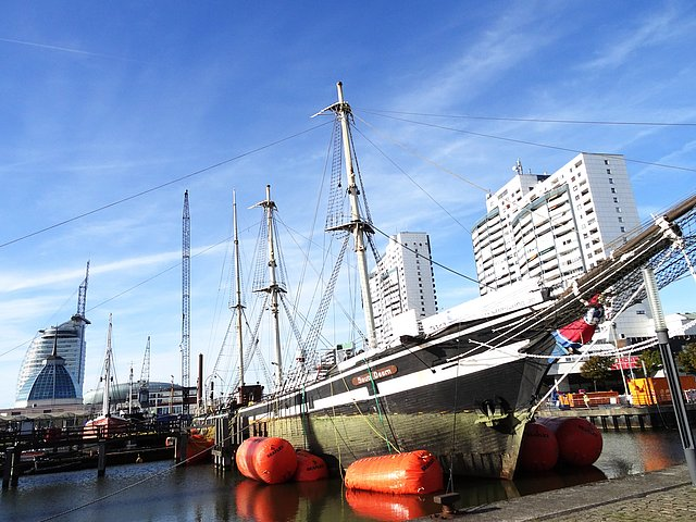 On Sunday, BVT Chartering und Logistics GmbH were successful in raising the Seute Deern, which had sunk in the Bremerhaven museum port.
